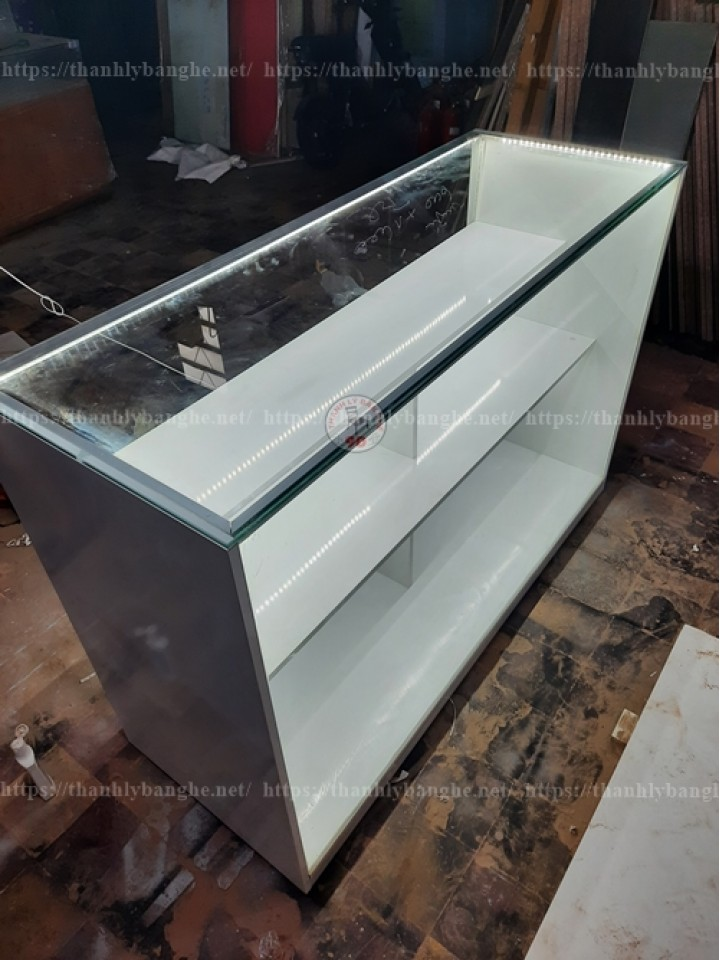 Tủ kính trưng bày đồ thời trang 1m2 x 50