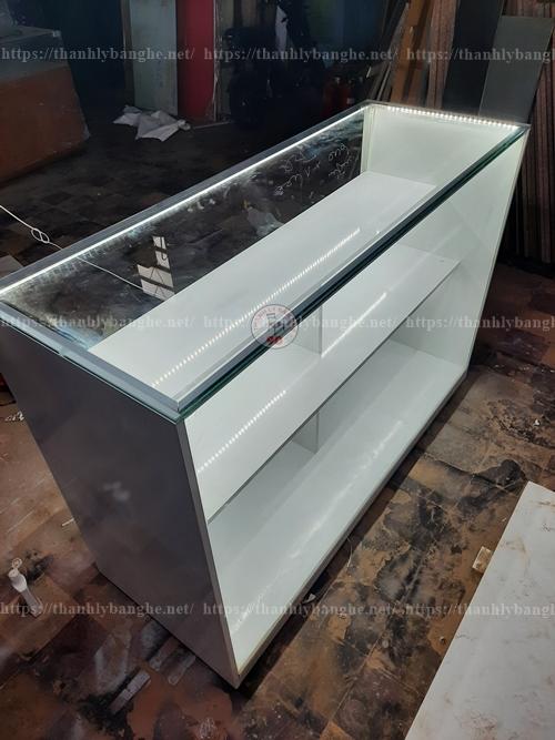 Tủ kính trưng bày thời trang