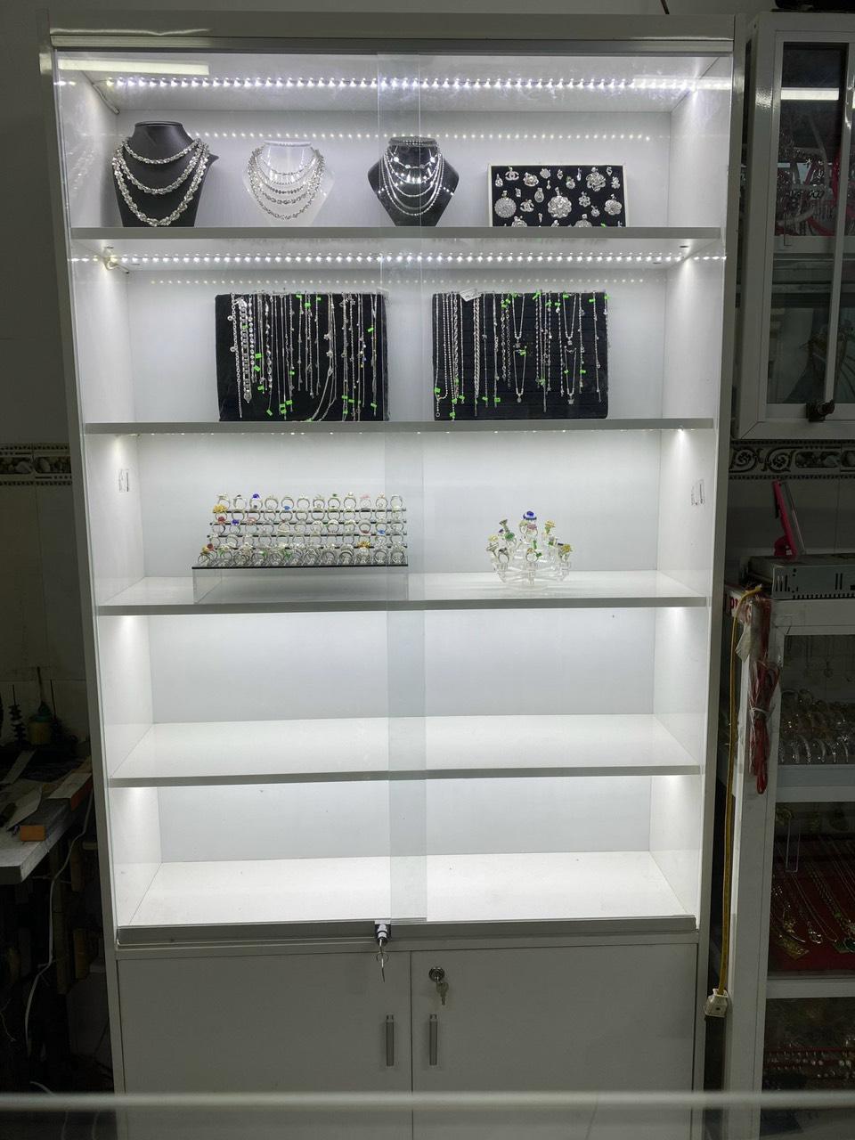 Tủ kính trưng bày túi xách, trang sức