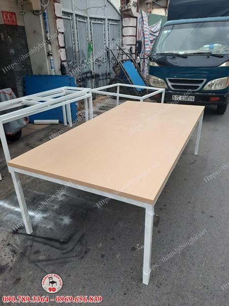 Bàn họp chân sắt 2m4 thanh lý giá rẻ MS963