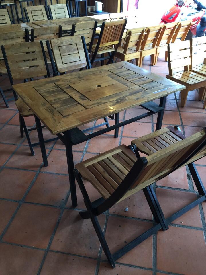 bàn ghế gỗ xếp quán cũ