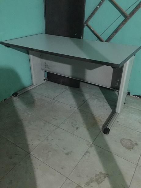 bàn làm việc chân sắt cũ
